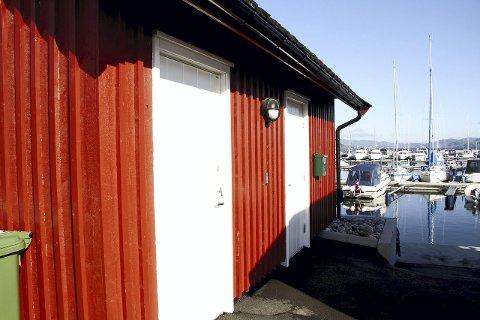 Åpner:  Toalettet og dusjen her i havneområdet er forbeholdt bobilister. Fredag kan de benyttes igjen.