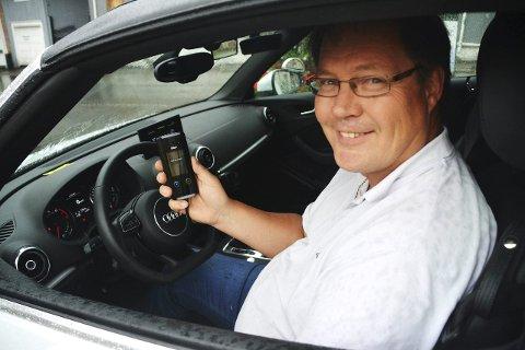 Ett skritt foran: Eirik Olaussen er faglig leder ved Sande trafikkskole. Alkolåsen ser ut som en mobiltelefon, og er festet til dashbordet. På kjøreskolen starter ingen av bilene før man har blåst i alkolåsen. Alle foto: Synne Eggum Myrvang