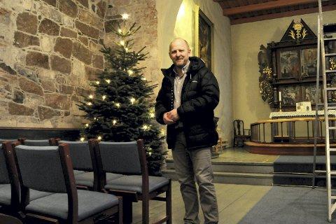 PYNTET TIL JUL: Inne i Botne kirke var det både juletre og malertrapp rett før jul.