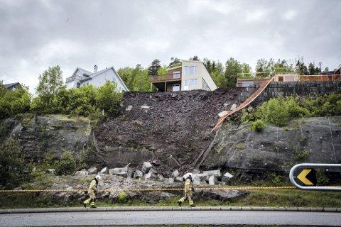Berget ga etter: Vekten av blokkmur og fyllmasser ble for stor. Dermed raste store steinblokker ned på skoleveien Solsikken 24. mai. Nå kommer det fram at huset ved rasskrenten ble bygd på feil tomt.