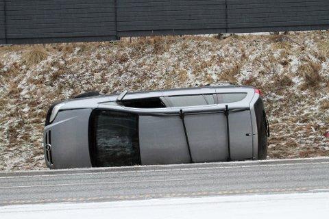 En bil endte til og med på siden i grøfta.