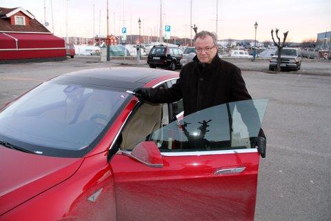 NYE REGLER: Nå må også Tesla-eier Ole Tom Røed betale for parkeringen.