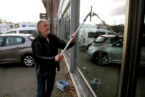 SLUTT PÅ EN ÆRA: Aasmund Grødahl driver Holmestrand Bilforretning på Kleivbrottet og leier også ut til en bilglassbedrift. Nå ønsker han å rive og bygge boligblokker her isteden. (Arkivfoto)