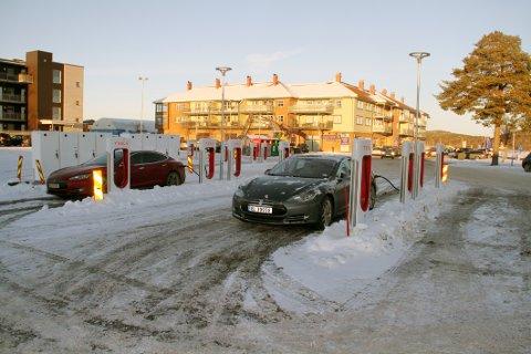 TATT I BRUK: Den nye ladestasjonen for Teslaer er nå tatt i bruk.