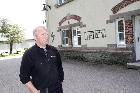 BEGYNTE HER: Taggingen på det fredede skolebygget Nedre Gausen var tilsynelatende starten på mye tilgrising på offentlige steder i Holmestrand. Driftsleder Per Morten Vaaden fikk jobben med å male over taggingen.