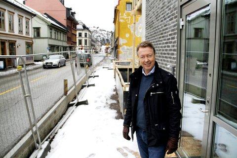 PROBLEMATISK: Eiendomsutvikler Øistein Hjelmtvedt legger til rette for nye butikker i Langgaten, men opplever at interessentene ikke vil skrive under på avtaler før den nye fylkesveien er avklart. Bildet er tatt i en annen anledning.
