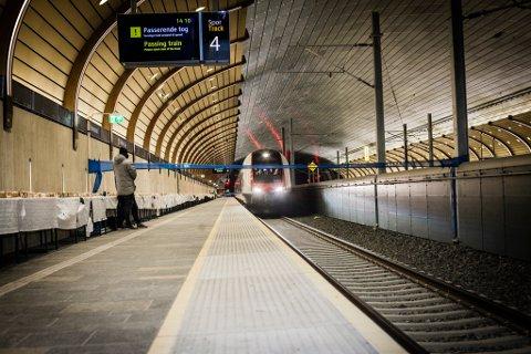 FARTSTRØBBEL: Togene som i utgangspunktet skal kunne suse gjennom Holmestrandsporten i 200 kilometer i timen må sette ned farten til 130. Årsaken er den mystiske ristingen som oppstår i tunnelen.