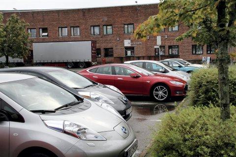 I FJOR: Før nyttår kunne elbilene stå gratis ved kommunale parkeringsplasser. Så kom ny parkeringsforskrift.