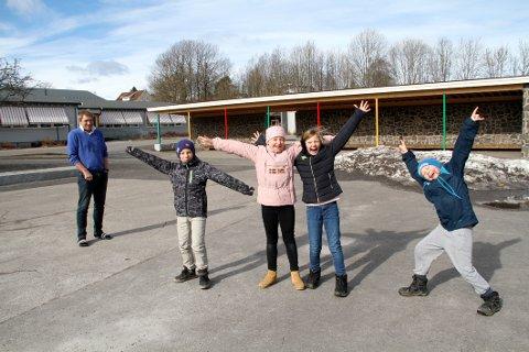 GLEDER SEG: Loke Nås, Ebba Fulsaas, Hermine Smet og Oliver Hvam gleder seg til nye lekeapparater. I bakgrunnen inspektør Harald Sando