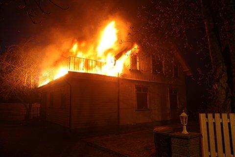 STORE FLAMMER: Flammene slår ut av huset.