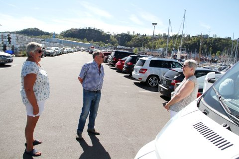 OPPGITT: Bobilistene Mariann Teisnes, Bjørn Nilsen og Ragnhild Nilsen er skuffet over at privatbilister får oppta bobilplasser omtrent som de vil.