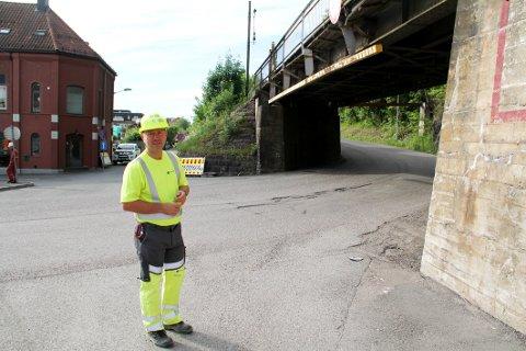 FOR FALL: Byggeleder Jon Brekke i Bane Nor var mandag morgen klar for å ta fatt på rivingen av jernbanebrua nederst i Nyveien. Arbeidet skal være unnagjort torsdag.