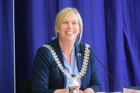 KAN SMILE: Sande-ordfører Elin G. Weggesrud (Ap) fikk resultatet hun har kjempet for: Flertallet i kommunestyret stemte fredag kveld for at Sande skal fortsette prosessen med å slå kommunen sammen med Holmestrand og Hof.