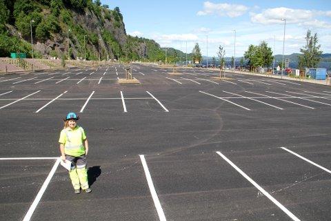 FERDIG: Byggeleder Linda Nesje Dragset i Bane Nor kan konstatere at den nye parkeringsplassen for stasjonen er ferdig.