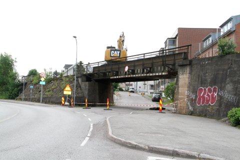 STENGTE: Bane Nor fjernet torsdag formiddag jernbaneteknisk utstyr fra jernbanebrua over Bilet. Selve brua blir imidlertid stående en stund til.