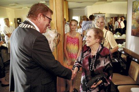 Gratulerer: Fungerende ordfører Ulf Sundling gratulerer Ellen Irene Marcussen med 100 år. Jubilanten hadde invitert familien til bursdagsselskap. Alle foto: Pål Nordby