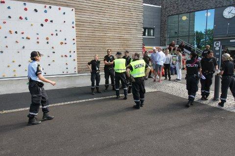 OMKOM: To menn fra Holmestrand på 47 og 48 år omkom da et småfly tirsdag ettermiddag styrtet i nærheten av Ekeberg skole i Holmestrand.