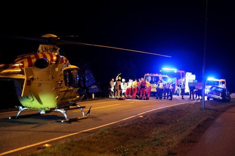 ULYKKE: Ambulansehelikopter og alle nødetatene rykket ut til en trafikulykke.