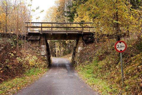 NYTT LIV: Den gamle jernbanebrua i Burmaveien er revet, men steinene fra brukarene får nytt liv i Hillestad.