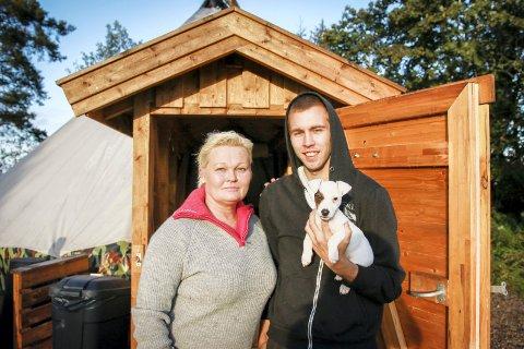 PILOTPROSJEKT: Tone Kosberg i Langelistiftelsen ønsker å bygge opp et nytt bo- og aktiviseringstilbud for vanskeligstilte unge. Joakim (23) er første beboer.
