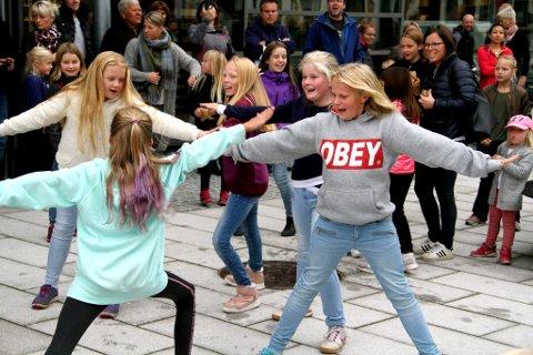 STARTEN: Disse jentene var blant de første som kastet seg inn i dansen.
