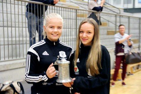 SATT PRIS PÅ: Malin Fon Opsahl (16) og Ausra Norvilaite (13) fikk heder av HIF for sine dommergjerninger.