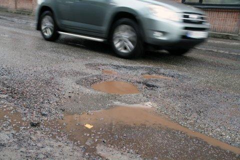 PASS OPP: Disse asfalthullene fant vi i Weidemanns gate – en kommunal vei.