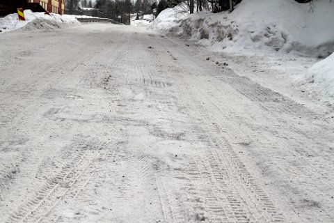 HUMPETE: Snødekket på Barlinveien er preget av hull.