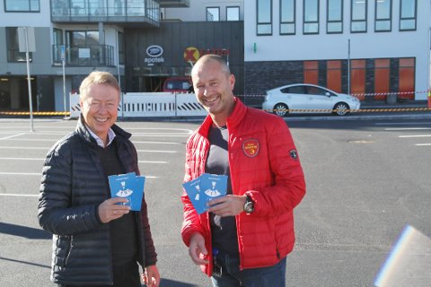 EKSPRESS: Øistein Hjelmtvedt i Holmestrand Utvikling og Pål Edwards i Coop er behjelpelige med parkeringsskiver, slik at den nye ekspressparkeringen skal gå mest mulig smidig for seg.