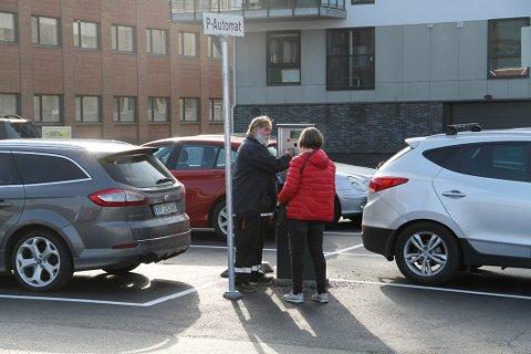 FORVIRRING: Trafikkbetjent Kjetil Halvorsen i Holmestrand kommune hadde torsdag sin fulle hyre med å forklare bilister hvordan reglene ved den nye parkeringsplassen fungerer.