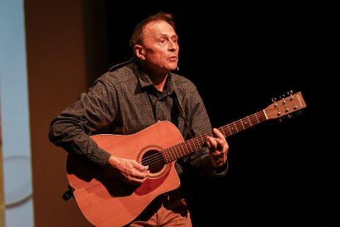 KLOK: Med sin gitar og visdom foredro den anerkjente legen Audun Myskja foran om lag 150 tilhørere i Biorama torsdag.