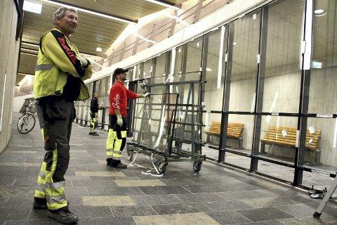 SER SLUTTEN: Montør Kai Mortensen i H-Glass betrakter det nesten ferdige resultatet i Holmestrand stasjon. Begge foto: Lars Ivar Hordnes
