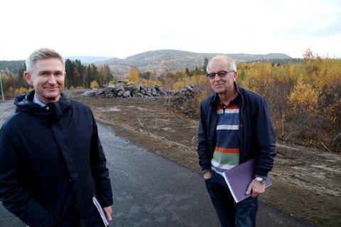 PÅ VISNING: John Wallumrød fra Hof (til høyre) ble vist rundt på området av eiendomsmegler Tom Z. Bliksmark