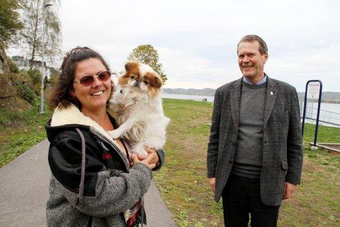 HONNØR: Pernille Hammerø plukker mye søppel når hun går tur med hunden Bobby. Ordfører Alf Johan Svele synes hun fortjener honnør for innsatsen.