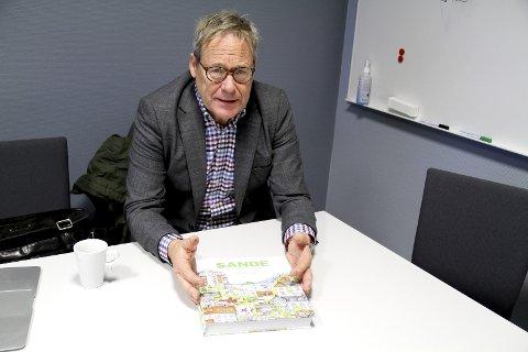 ENDELIG FERDIG: Forfatter Lars Aaserud kan endelig vise fram den nye historieboka om Sande. I boka finnes det også en hel del stoff om Holmestrand. Foto: Lars Ivar Hordnes