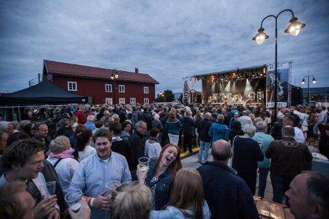 MYE FOLK: Slik så det ut siste lørdagen i Kulturfestivalen da det ble satt publikumsrekord under konserten til Åge Aleksandersen. De siste årene har det blitt vanskeligere å oppnå samme antall publikummere.