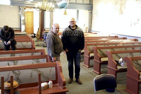 SER SLUTTEN: Finmaler Carl Fridtjov Andersen (til v.) og kirkeverge Øivind Eismann ser slutten av den lange prosessen med restaureringen av Holmestrands kirker. Stian Bore vasker ned kirkebenkene til venstre. FOTO: LARS IVAR HORDNES