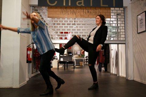 """TUPPES UT: Tidligere eier Charlotte Lindstrøm Teigen selger butikken sin og blir """"tuppet ut"""" av den nye eieren Isabell Bæver Stenberg. – Det gjør meg ingenting, butikken er i gode hender med Isabell """"ved roret"""", sier Teigen."""