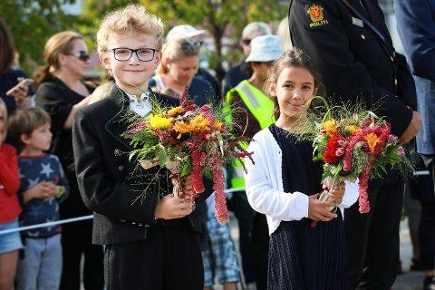 SPENTE: De mest spente barna var kanskje Karlise Heimtoft og Kristian Nordby som skulle ønske kronprinsparet velkommen. – Vi tenkte først at det var litt skummelt, men det var egentlig bare kult, var de to enige om.