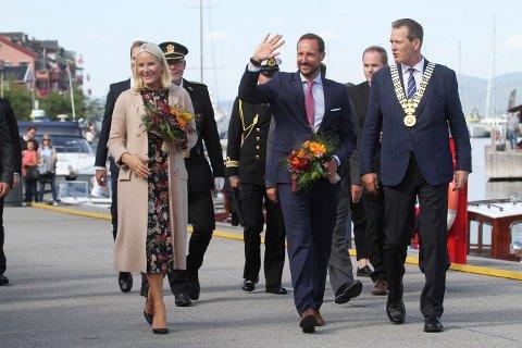ANKOMST: Kronprinsparet ankommer Holmestrand.