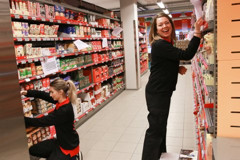 SPENTE: Isabell Frotvedt( t.v) og kollegaen Jessica Nyrud (t.h) gleder seg til å kunne ta imot de første kundende på nye Coop Extra torsdag 11. oktober.