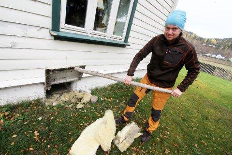 LUKE: Her kom tyven seg inn i huset. Dette er nok en gammel luke for å få poteter ned i kjelleren, mener Skaug.