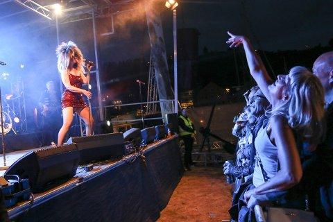 KULTURFESTIVALEN: Med ti klesskift iførtskinn, lateks, paljetter og elleve centimeter høye hæler er det ikke rart at løsvippene kan henge på haka etter endt show. Coverbandet til Tina Turner sparte nemlig ikke på noe da det var duket for Kulturfestivalens siste konsert.