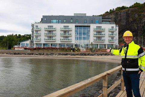 STOLT: Thor Erland Stange ønsker velkommen til den nye strandpromenaden og viser den stolt fram.