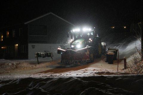 STOR JOBB: Allerede i 03-tiden begynte brøytemannskapene på jobben rundt omkring i Holmestrand kommune.