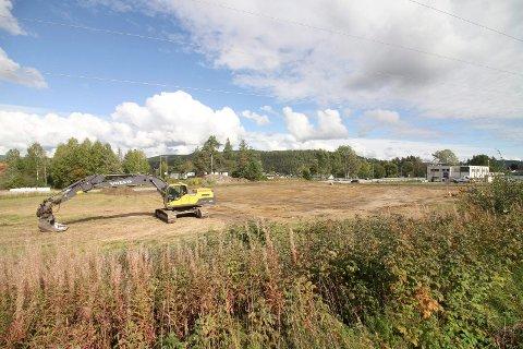 BUTIKKTOMT: Slik så det ut på Spar-tomta i Sundbyfoss i september. Da var utbygger i gang med å fjerne matjord og flytte høyspentledningen. Nå er disse arbeidene utført, og utbygger har kjøpt eiendommen, i henhold til planen.