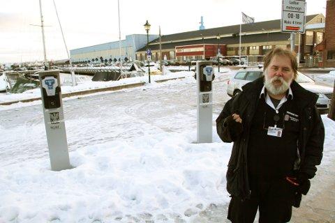 GRATIS: Trafikkbetjent Kjetil Halvorsen i Holmestrand kommune har nå sørget for at parkeringen er gratis for de som står her og lader.