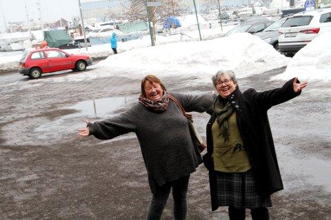 FORVENTNINGER: Nina Eide fra lefsebakeriet og næringssjef Inger Christensen gleder seg over at Bondens Marked for første gang kommer til Holmestrand, og plassen mellom Kullboden og Uni-parken.