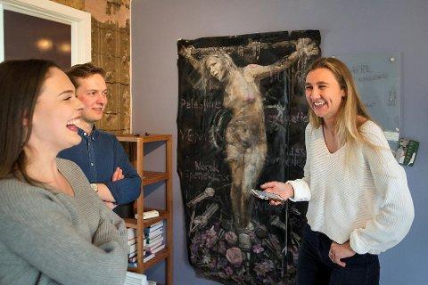 SOLGT:Emma Grace Knox, Fredrik Heitman og Ingrid Sofie Wentzel brukte fire timer på å fjerne svartmalingen og ta ned Listhaug-maleriet. Nå har de solgt det for 260.000 kroner.