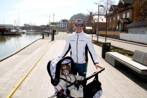 PAPPAPERM: Dejan Radojkovic nyter late dager med sønnen Filip (11 måneder).